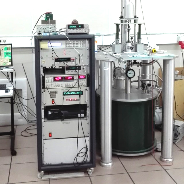 Cryogenic 14 T VSM at the Universidad del País Vasco Bilbao.